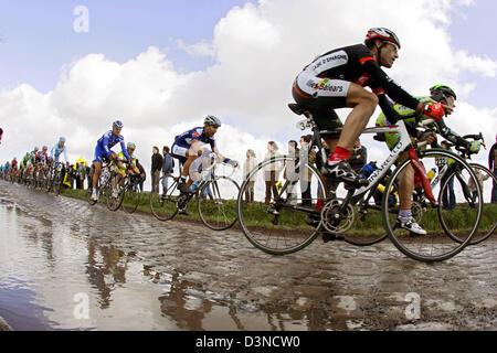 Cyclistes roulent sur une route avec des pavés lors de la course de cyclisme ProTour Flandre à Meerbeke, Belgique, Banque D'Images