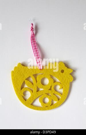 Feutre jaune poussin de Pâques pendaison set de décoration sur fond blanc Banque D'Images
