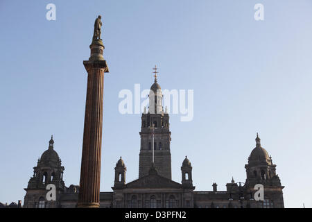 Vue en regardant la ville Chambres sur George Square dans le centre-ville de Glasgow, Écosse, Royaume-Uni Banque D'Images