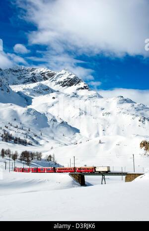 Train de montagne au Lago Bianco col de la Bernina en hiver, Grisons, Suisse | Eisenbahn am Lago Bianco suis col de la Bernina im Winter