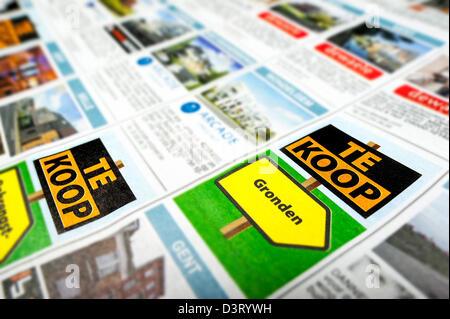 Publicité annonceur néerlandais colonnes sur la page d'annonces immobilières en Belgique Banque D'Images