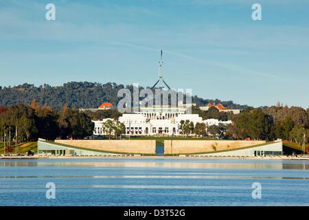 Sur le lac Burley Griffin à l'ancienne et la nouvelle Maison du Parlement. Canberra, Territoire de la capitale australienne Banque D'Images