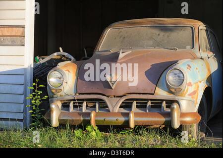 Rusty Garage Et De Voiture Séance Abandonnés Un La Ancien Dans 1950 6yfvYbg7