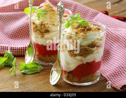 Crème dessert avec des fraises, rien dans les verres Banque D'Images