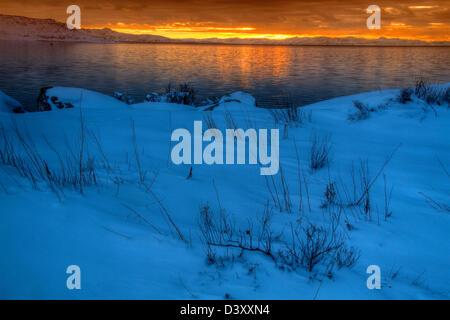 Coucher du soleil d'hiver sur le Grand Lac Salé et Stansbury Mountains comme vu Antelope Island
