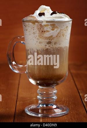 Le Café irlandais avec les grains de café, crème et Whisky Banque D'Images