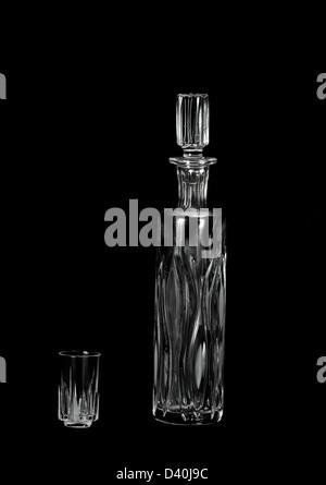 Carafe en cristal et verre sur fond noir Banque D'Images