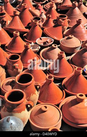 Tajines en terre cuite à vendre au souk, la Medina, Marrakech, Maroc Banque D'Images
