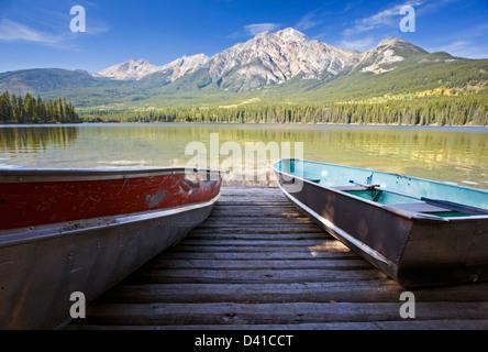 Bateaux à rame sur un quai avec Pyramid Mountain. Banque D'Images