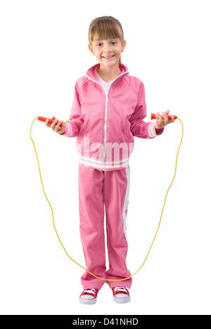 La petite fille dans un costume de sport rose par l'intermédiaire d'un saut Le saut à la corde Banque D'Images