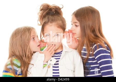 Kids whispering mauvaises nouvelles gossip scandale pour choqué enfant Banque D'Images
