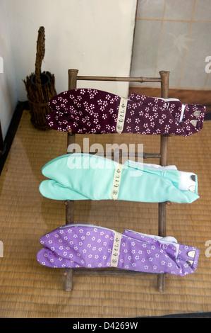 Une vitrine dans Tokyo, Japon traditionnel affichant deux chaussettes tabi-dans une variété de couleurs et de motifs. Banque D'Images