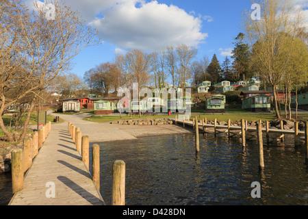 Jetée en bois et de caravanes statiques en Fallbarrow lakeside holiday park sur Windermere Lake District en Cumbrie Banque D'Images