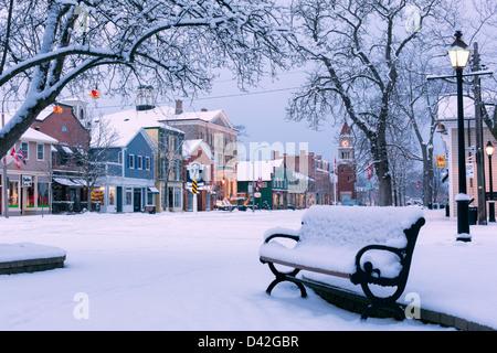 Canada, Ontario, Niagara-on-the-Lake, rue Queen, tôt le matin d'hiver, parc couvert de neige montrant une rue principale Banque D'Images