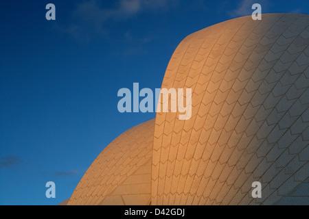 Sydney, Australie, l'Opéra par Joern Utzon dans la dernière lumière du soleil Banque D'Images