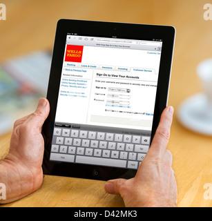 Connexion à un Wells Fargo Bank compte sur un iPad 4, USA Banque D'Images
