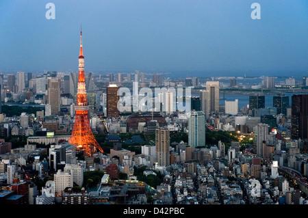 Début de soirée vue aérienne de la région métropolitaine de Tokyo sur les toits de la ville avec des immeubles de grande hauteur, y compris la Tour de Tokyo.