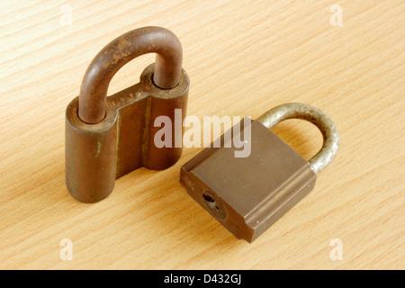 Ancien cadenas en métal rouillé sur fond de bois Banque D'Images