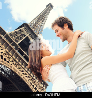 Portrait of happy young couple interracial, Asian Woman, man embracing kissing in front of Eiffel Tower Banque D'Images
