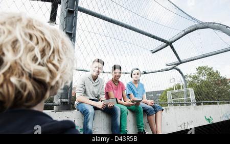 Trois garçons et une fille à l'aire de jeux, Mannheim, Baden-Wurttemberg, Germany Banque D'Images