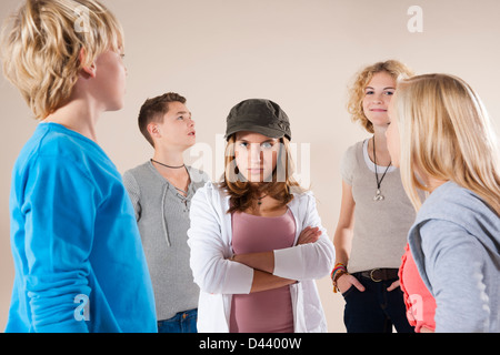Portrait of Teenage Girl wearing Baseball Hat Looking at Camera, debout au milieu du groupe d'adolescents et des Banque D'Images