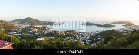 Coucher de soleil sur le port de Charlotte Amalie St Thomas avec vue sur ville et yachts dans la baie
