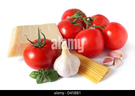 Ingrédients pâtes (tomates, parmesan, ail, basilic) isolated on white Banque D'Images