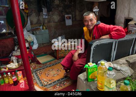Un moine assis dans une antichambre à Gompa, Spituk, Leh (Ladakh) Jammu-et-Cachemire, l'Inde Banque D'Images