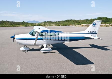 Un avion Cessna 172 garé sur le tarmac de l'aéroport de Bella Bella, dans la forêt du Grand Ours, en Colombie-Britannique, Canada.