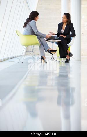 Deux Businesswomen Meeting autour de table in Modern Office Banque D'Images