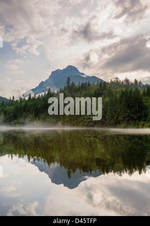 Mont Stoneman reflète dans Silver, Silver Lake Provincial Park, British Columbia, Canada Banque D'Images