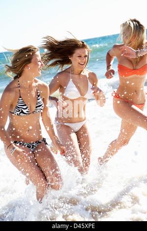Groupe d'Adolescentes profiter de vacances de plage ensemble Banque D'Images