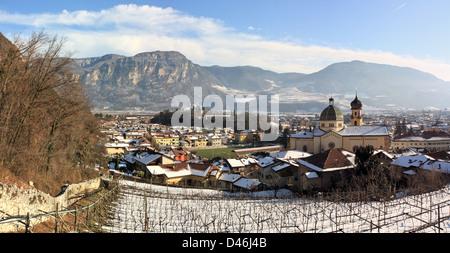 L'alp italien Mezzocorona village en hiver, Trentino, en Italie. Banque D'Images