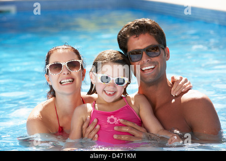 Family Having Fun In swimming pool Banque D'Images