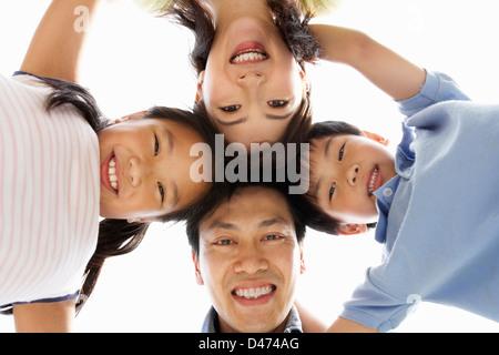 Jeune famille chinoise à la caméra vers le bas en Banque D'Images