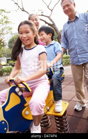 Les grands-parents chinois jouant avec ses petits-enfants à jeux pour enfants Banque D'Images