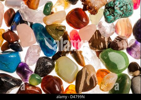 Assortiment de semi-poli pierres précieuses tourné en studio à l'arrière-plan blanc. Banque D'Images
