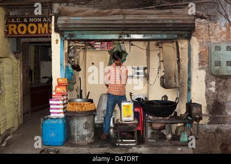 Un homme Punjabi, les bonbons de vendre un aliment traditionnel shop dans les rues d'Amritsar dans l'état indien Banque D'Images