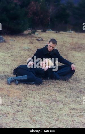 Un couple de noir est couché sur une prairie en hiver Banque D'Images
