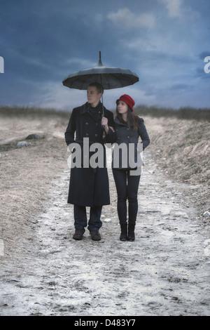 Un couple est en train de faire une promenade sous la pluie