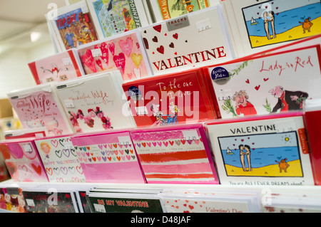 Valentines Day cards en vente dans une boutique UK Banque D'Images