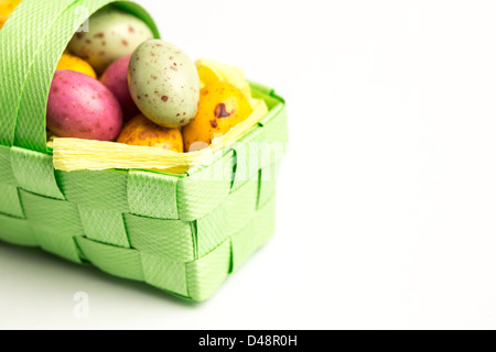 Naseux des oeufs de Pâques dans un panier Banque D'Images