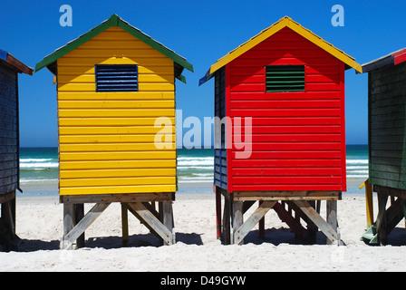 Cabines de plage de couleur. Muizenberg. Western Cape. L'Afrique du Sud Banque D'Images
