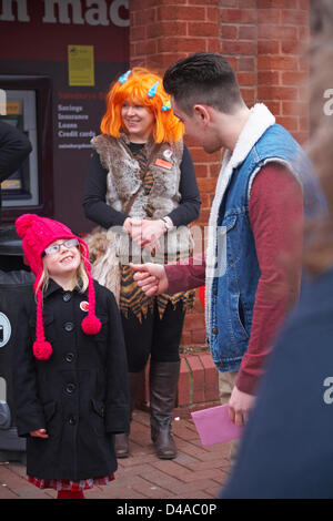 Poole, UK 10 mars 2013. Darren le dinosaure arrive à Poole, Dorset de l'aide de Comic Relief. Darren le dinosaure Banque D'Images
