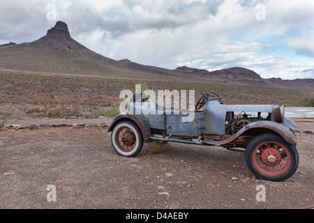Une vieille voiture rouillée sur la route 66 sur le chemin à Oatman, Arizona, USA Banque D'Images
