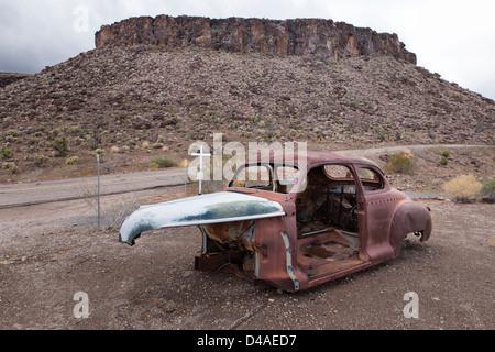 Une vieille carcasse de voiture rouillée sur la route 66 sur le chemin à Oatman, Arizona, USA Banque D'Images