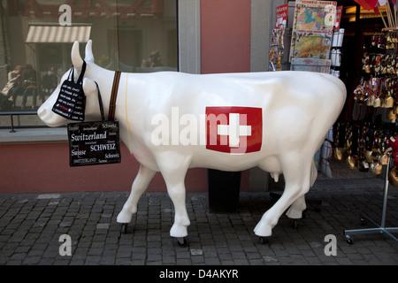 Stein am Rhein, Suisse, une vache Suisse avec drapeau suisse Banque D'Images