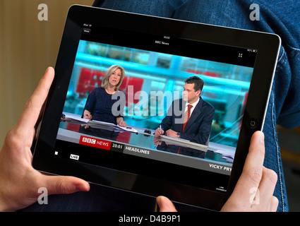 Regarder la BBC News channel via l'iPlayer sur un Apple iPad Banque D'Images