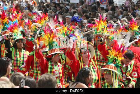 En costume coloré et rouged danseurs et musiciens de la Bolivie à la parade Carnaval des Cultures à Berlin, Allemagne, Banque D'Images
