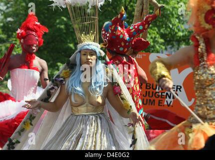 En costume coloré et rouged danseurs de dance company 'Dulce Compania' parade au Carnaval des Cultures à Berlin, Banque D'Images